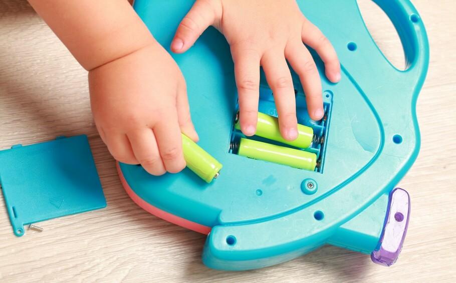 BRANNFELLE: Skadede batterier kan være brannfarlige. Har du oversikt over hvor mange batterier som finnes hjemme hos deg? FOTO: NTB Scanpix