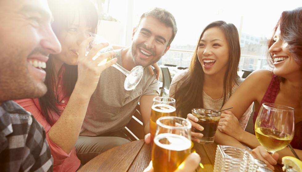 HYGGE: Alkohol er for mange forbundet med hygge, og er samtidig en viktig del av vår kultur. Det mange glemmer er at det faktisk er et giftstoff, med mange kort- og lanftidseffekter. FOTO: NTB Scanpix