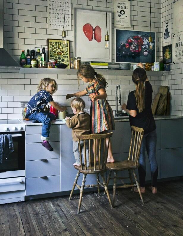 Det er lite som skiller jobb og privatliv hos Luise og David, og barna får selvfølgelig være med og lage mat. FOTO: Johanna Frenkel og David Frenkiel