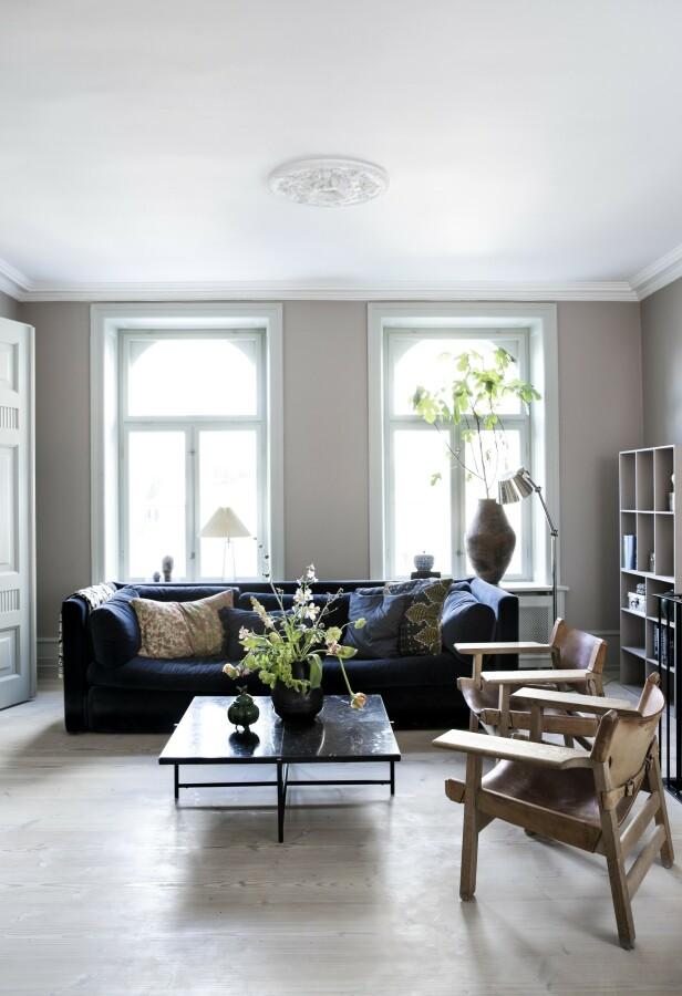 I stuen står en sofa i blå velur fra Hay med navnet «Hackney». Sofabordet er fra Magnifique, og de to spanske stolene designet av Børge Mogensen fulgte med på kjøpet da Cecilie og Malte kjøpte sommerhus. Veggene er malt med fargen «La Vie En Rose» fra File Under Pop. Fra stuen er det en trapp ned til kjelleren med soverom, barnerom, garderoberom og bad. Tips! Gjenbruk så mye som mulig av de originale materialene, dørene og vinduene for å bevare sjarmen. FOTO: Tia Borgsmidt