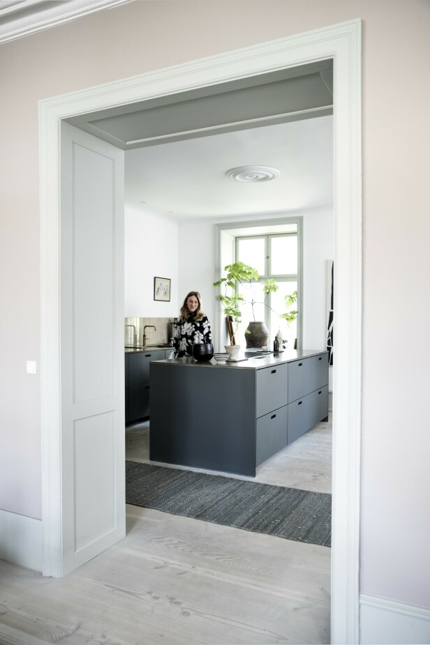 Cecilie og Malte har valgt et moderne kjøkken med rene linjer som kontrast til leilighetens mange krummelurer i stukkatur og lister. FOTO: Tia Borgsmidt