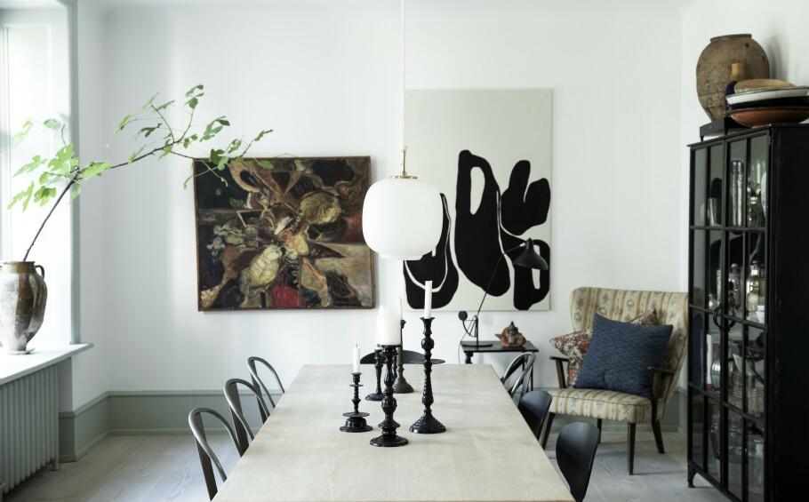 INTERIØR: Hvis du har et stort spisebord og vil framheve bordets lengde og ha lys i begge ender, kan du henge opp to eller tre lamper over bordet. FOTO: Tia Borgsmidt