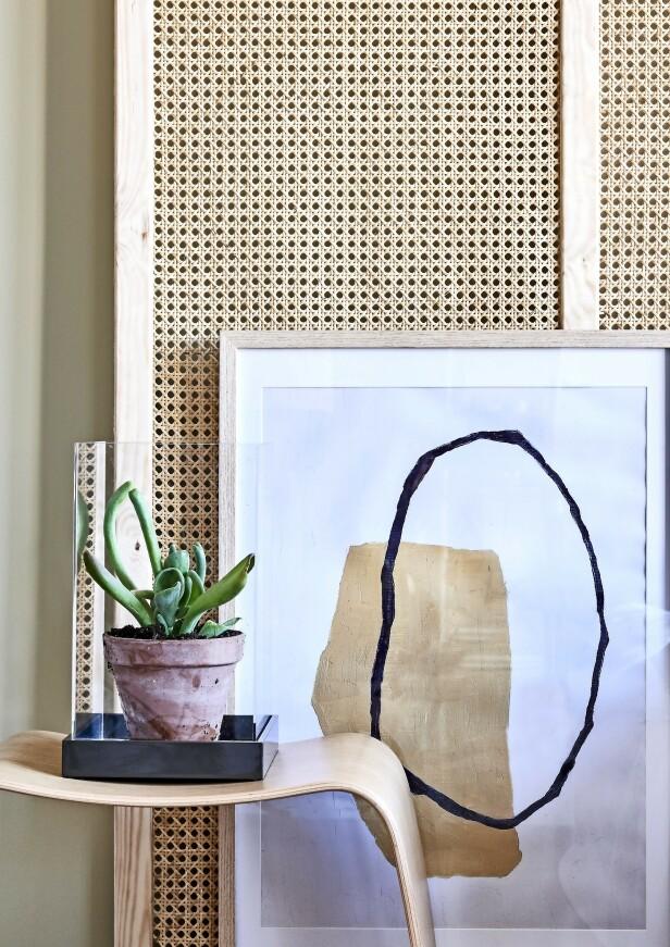 Tekstiler og detaljer i sjokoladebrunt og crispy hvit er fint mot sengegavlen hvis du vil gi rommet et rolig og enkelt uttrykk. Skammel (Askman). Plakat i ramme (House Doctor). Glassmonter (Mojoo). FOTO: Martin Panduro