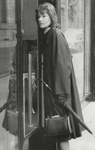 PAPARAZZI-BILDER: Greta Garbo ble gjennom hele livet forfulgt av fotografer, enten det var på gaten hjemme i New York eller på reise. Her shopper hun i Paris en gang på 1960-tallet. (FOTO: NTB Scanpix)