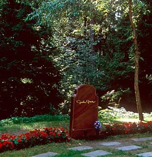 GRAVEN: Greta Garbo fikk i 1999 omsider sin grav på Skogskyrkogården sør for Stockholm, ni år etter at hun døde. (FOTO: NTB Scanpix)