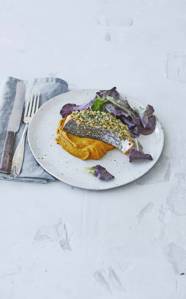 Dekk ovnsbakt laks med en sprø topping av krydderurter og pinjekjerner, og server med en knalloransje gresskarpuré. Tips! Du kan også bake en hel lakseside og fordele toppingen over fiskekjøttet. FOTO: Winnie Methmann