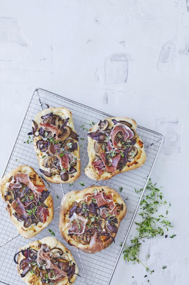 Det er ekstra stas at hver og en får sin egen minipizza. Blir det pizza til overs, så er den super å ta med i matpakken neste dag. Tips! Du kan velge den typen skinke til pizzaen som du selv foretrekker. FOTO: Winnie Methmann