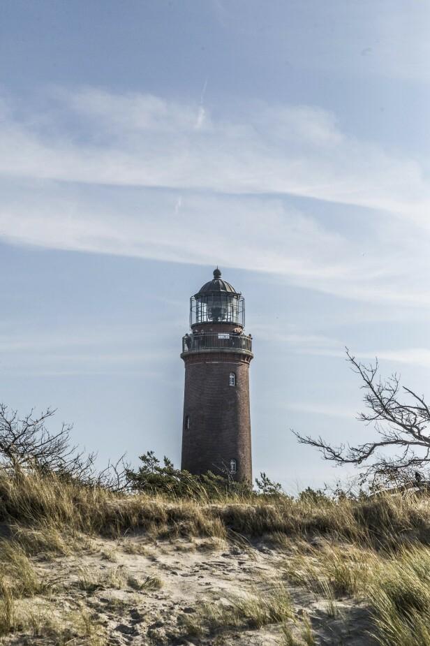 Et gammelt fyr- tårn stikker opp på Weststrand. FOTO: Mikkel Bækgaard