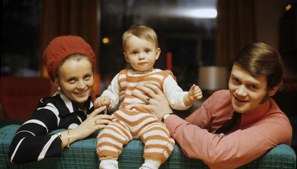 TITTEI: Thomas mellom foreldrene Kari og Yngvar hjemme i Sandefjord. Pappa Yngvar er kjent fra Dizzie Tunes. Foreldrene skilte seg da Thomas var 19 år. FOTO: NTBScanpix