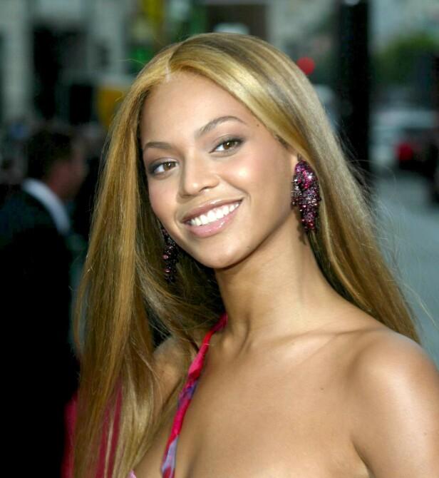 2000-TALLET: På tidlig 2000-tallet handlet det om tykke striper og rettet hår for Beyoncé. Foto: NTB Scanpix