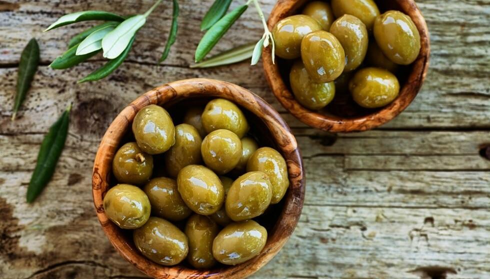 UMODNE: Grønne oliven er umodne, og smaker derfor mer bittert enn modne, sorte oliven. FOTO: NTB Scanpix