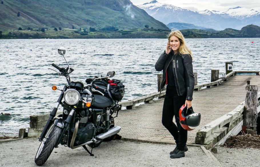 REISER VERDEN RUNDT PÅ MOTORSYKKEL: Å kjøre Highway 1 i California ga Hanna mersmak og hun har nå besøkt alle verdensdeler på to hjul. Her fra en motorsykkeltur i New Zealand. FOTO: Privat