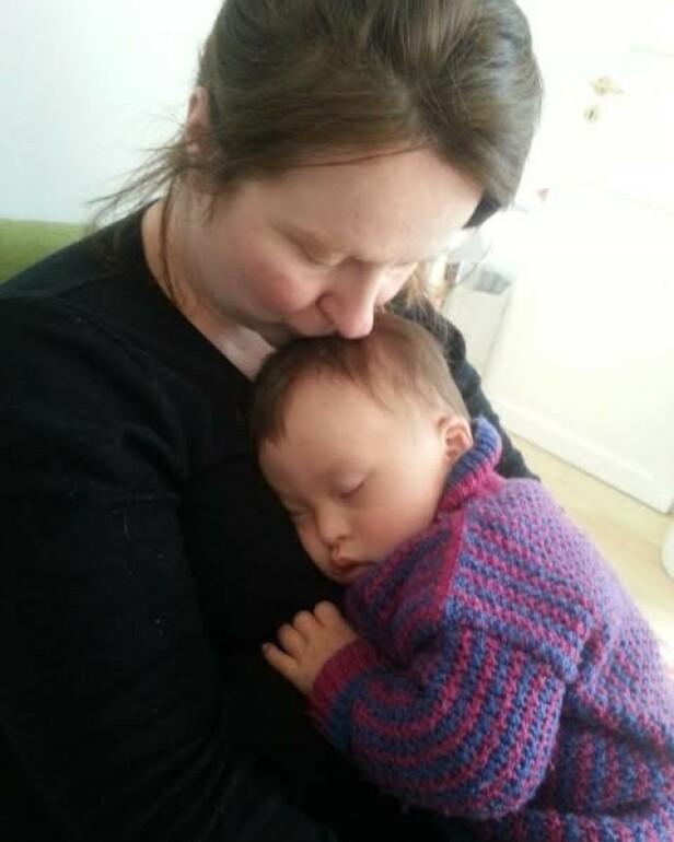 HELT ROLIG: Linda var omtrent den eneste som opptrådte helt rolig den dagen de fikk mistanke om Downs syndrom, omtrent 24 timer etter fødsel. FOTO: Privat