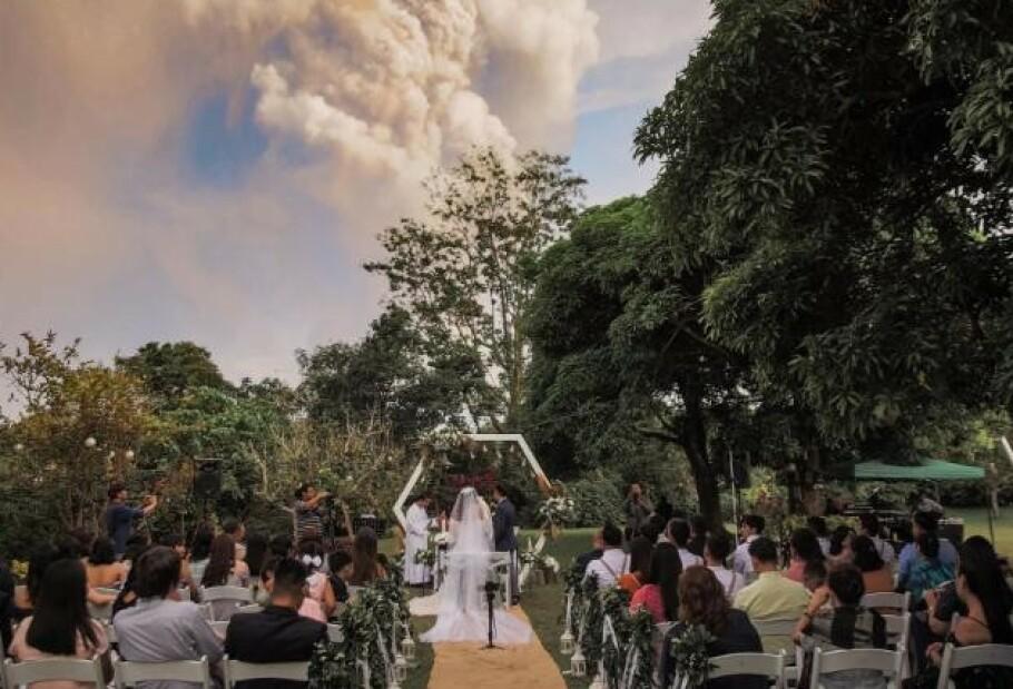 VIES FORAN AGGRESSIV VULKAN: Ikke en gang et vulkanutbrudd kunne stoppe disse fra å love evig troskap til hverandre. FOTO: Randolf Evan Photography