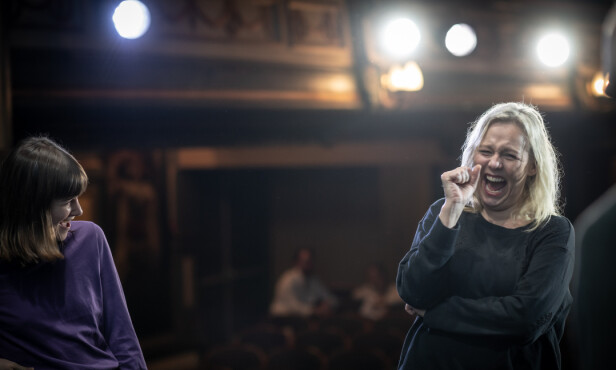 FØLELSESMENNESE: Linn Skåber på scenen med skuespiller Emilie Mordal - som akkurat har fått henne til å både le og gråte av det som ble fremført. FOTO: Lars Opstad