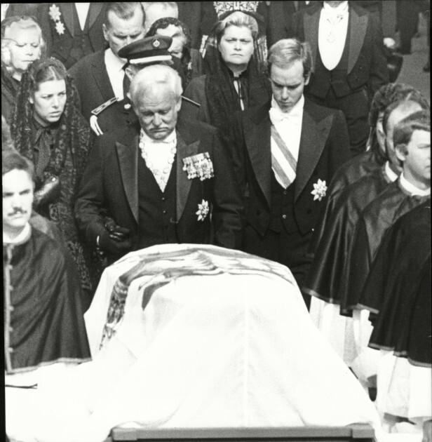 TO MANGLER: Caroline og Albert støtter faren foran kisten til hans kone og deres mor, fyrstinne Grace av Monaco. Lillesøster Stéphanie lå skadet på sykehuset, og fikk ikke følge moren til graven. FOTO: NTB Scanpix