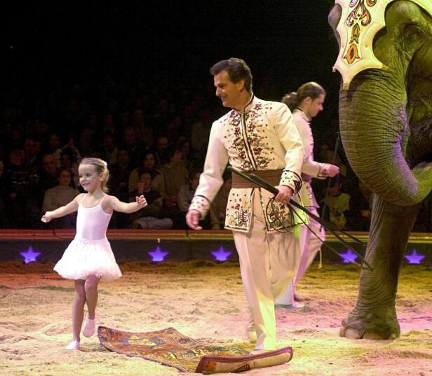 MINI I MANESJEN: Stéphanie yngste datter Camille, da 4 år, sammen med sirkusdirektør Franco Knie, som på den tiden var hennes stefar. FOTO: NTB Scanpix