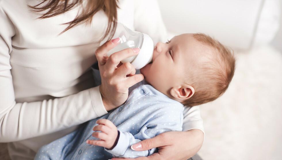 FLASKE KAN VÆRE BRA NOK: - Morsmelkerstatning kan være livreddende, både for mor og barn. For noen kvinner og barn vil det være det beste valget, når man ser på hele situasjonen under ett. FOTO: NTB Scanpix