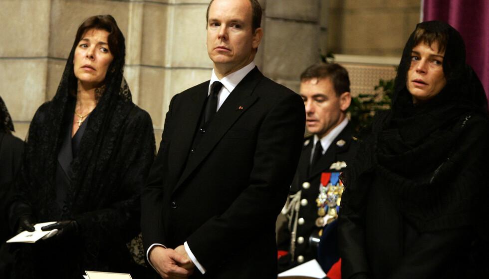 FARVEL: De tre Grimaldi-søsknene Caroline, Albert og Stéphanie tar farvel med pappa fyrst Rainier i begravelsen i 2005. FOTO: NTB Scanpix