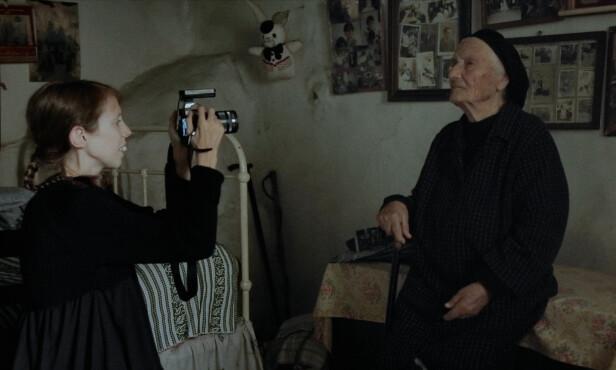 PORTRETTER: Lene Marie Fossen elsket å ta portrettbilder, og spesielt av eldre mennesker. Her fra et møte med en eldre kvinne på Chios i Hellas. FOTO: Espen Wallin/Speranza Film/Norsk Filmdistribusjon
