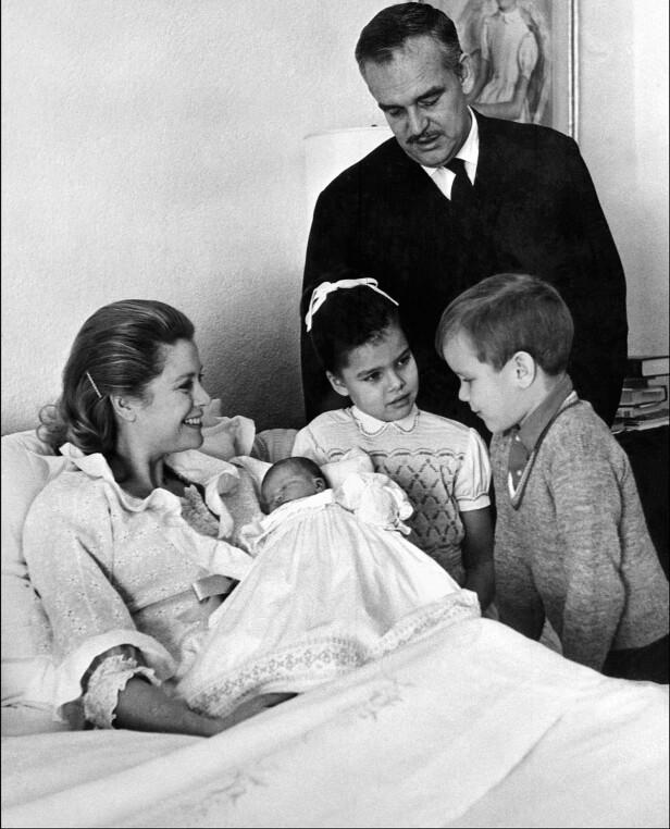 SLOTTSLYKKE: Nyfødte Stéphanie i mammas armer hjemme i fyrstepalasset i Monaco. Ved siden av står storesøster Caroline, arveprins Albert og pappa Rainier. FOTO: NTB Scanpix