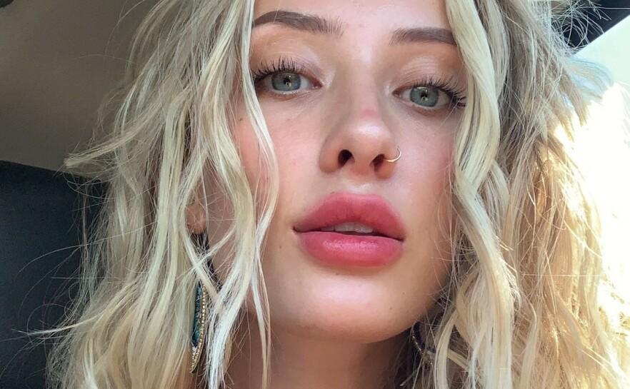 UTRADISJONELL INNSAMLING: Los Angeles-jenta Kayla Ward selger nakenbilder i bytte mot donasjoner til veldedige formål. FOTO: Instagram