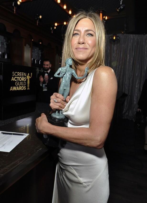 VANT PRIS: Jennifer Aniston ble rørt til tårer da hun ble ropt opp som prisvinner. Bak scenen sto Brad Pitt og beundret! Foto: NTB Scanpix