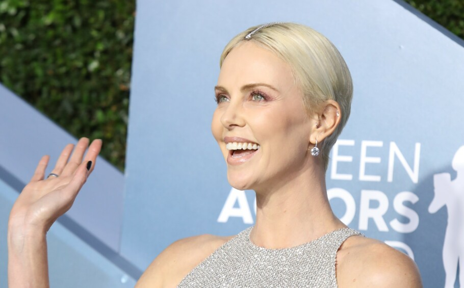 SAG AWARDS 2020: Vi elsker hvordan Charlize har plassert diamanter i hårskillet. Foto: NTB Scanpix