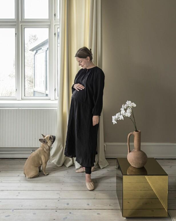 Anna og hunden hennes, som heter Ingeborg. Dette bildet ble tatt da Anna ventet sitt første barn, gutten Edgar. FOTO: Peter Kragballe
