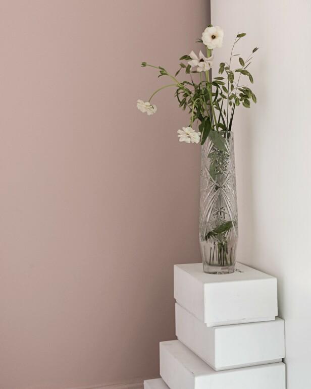 På toppen av oppbevaringsboksene har Anna funnet plass til en liten bukett. Vasen er en av Annas og Allans mange loppefunn. Lignende bokser kan du finne hos Panduro. Tips! Oppbevaringsbokser som dette kan skape en fin effekt og i tillegg brukes som sidebord, slik det er gjort her. FOTO: Peter Kragballe