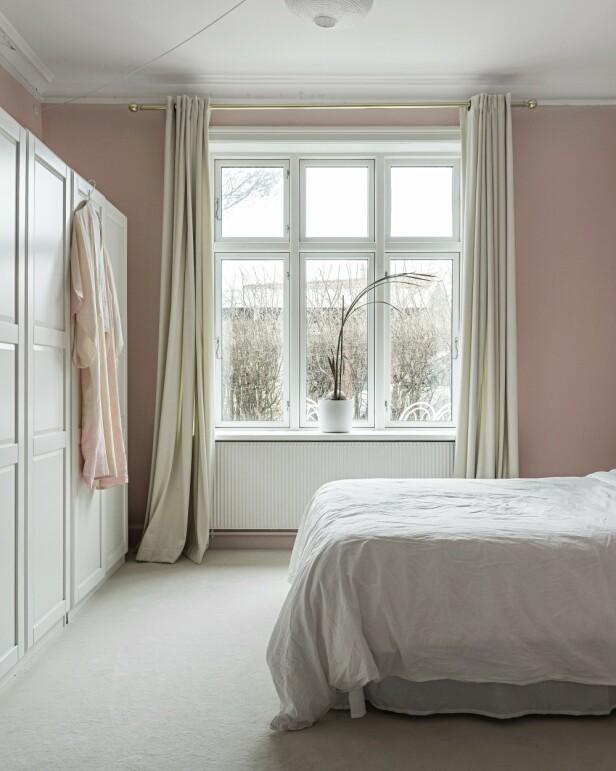 Vegg-til-vegg-tepper er i mange år blitt uglesett, men det bryr ikke Anna seg noe om. Hun liker den litt luksuriøse stemningen det gir. Garderobeskapene er fra Ikea. Tips! Vegg-til-vegg-teppe bidrar til å gi soverommet hotellstemning. FOTO: Peter Kragballe