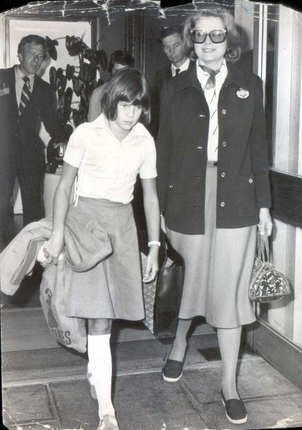 JAGET: Stéphanie og mamma Grace på Heathrow flyplass på vei til mammas hjemland USA. FOTO: NTB Scanpix