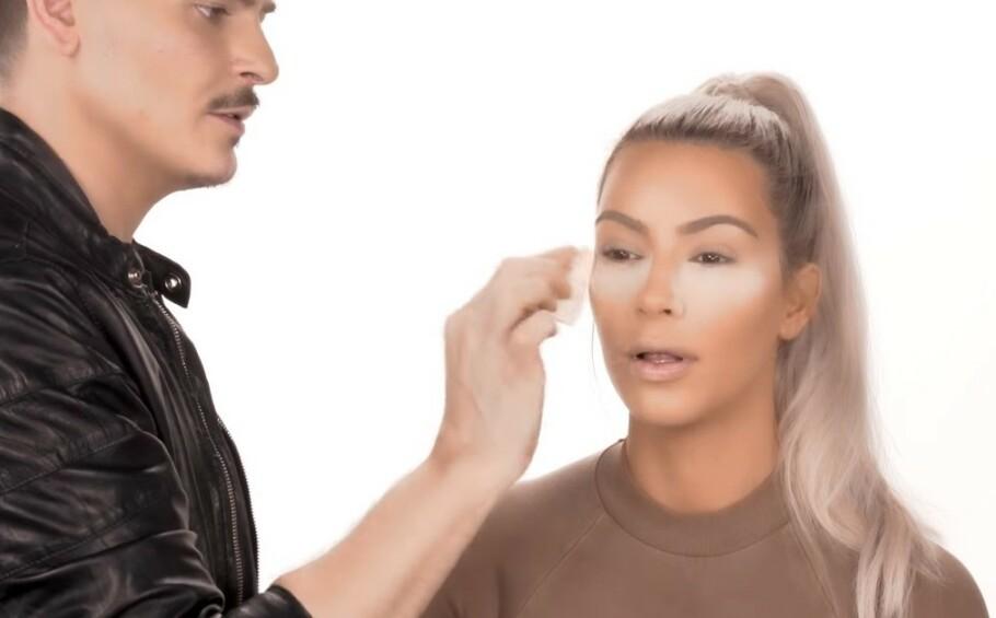 <strong>BAKING:</strong> Denne sminketeknikken er høyt elsket av Kim Kardashian. Foto: Skjermdump fra YouTube / KKW Beauty