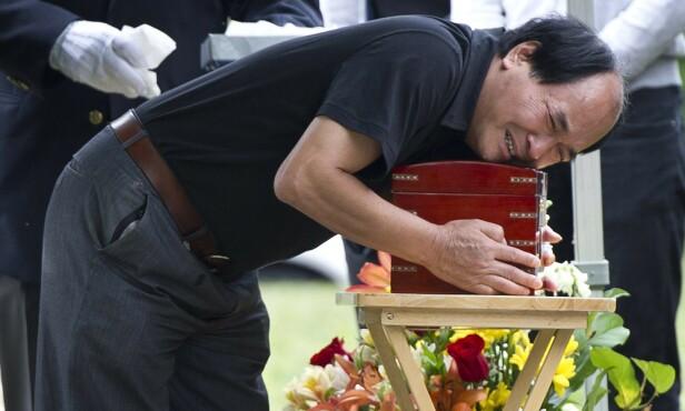 AVSKJED: Jun Lins far i sin sønns begravelse sommeren 2012. Familien har valgt å gravlegge ham i Canada. FOTO: NTB scanpix
