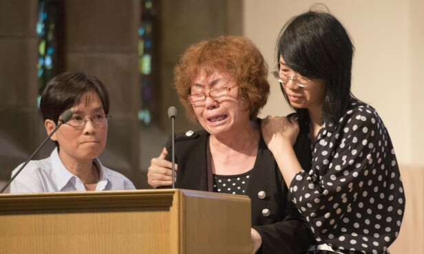 <strong>PREGET:</strong> Jun Lins mor Zhigui Du (midten) under minnemarkeringen i juli 2012. FOTO: NTB scanpix