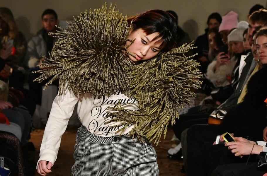 <strong>UNIK:</strong> Natsumi Takahashi fikk publikum til å sperre opp øyene da hun gikk nedover catwalken. FOTO: Scanpix