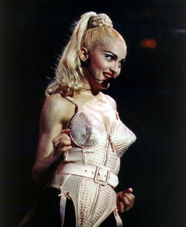 DRISTIG: Madonna (61) hadde på seg det ikoniske antrekket på sin turnè i 1990. FOTO: NTB Scanpix.