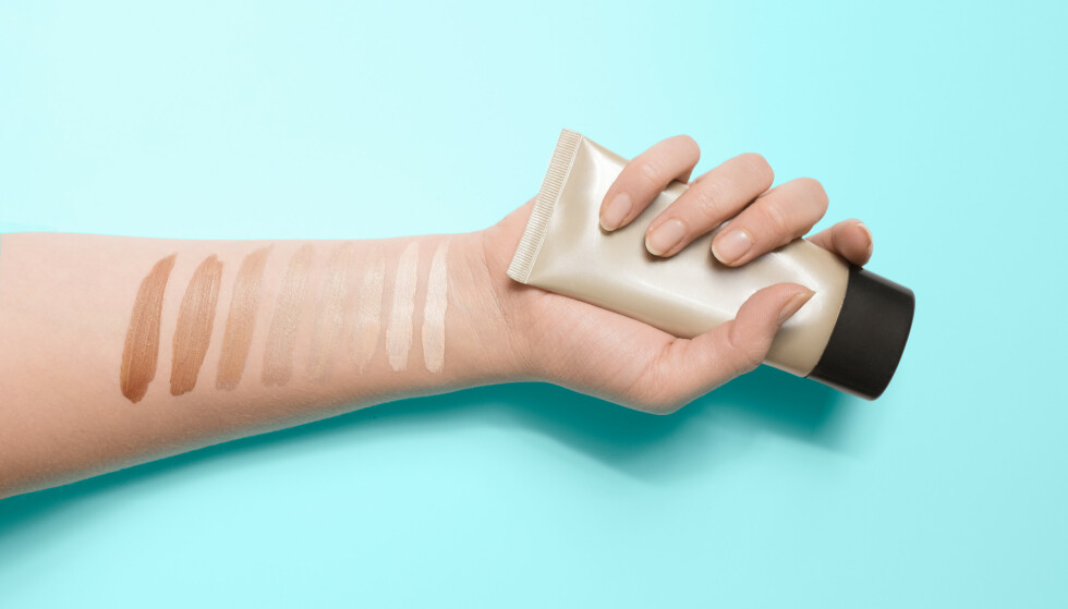 RIKTIG NYANSE: Å finne en foundation som matcher hudtonen din kan være vanskelig. Makeupartisten anbefaler deg å spørre personalet om hjelp dersom du er usikker. FOTO: NTB Scanpix