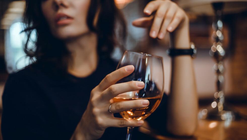 UNNGÅ ALKOHOL: Alkohol, kaffe og sterkt krydret mat kan påvirke søvnkvaliteten. FOTO: NTB Scanpix