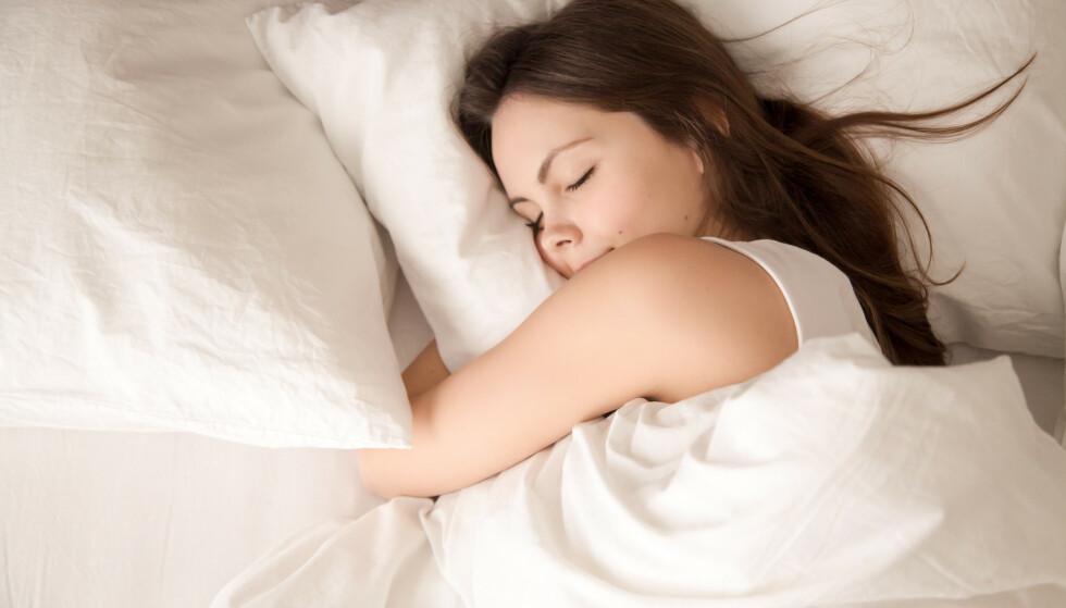 SOVESTILLING: Å sove på magen kan øke sannsynligheten for at du drømmer noe erotisk. FOTO: NTB Scanpix