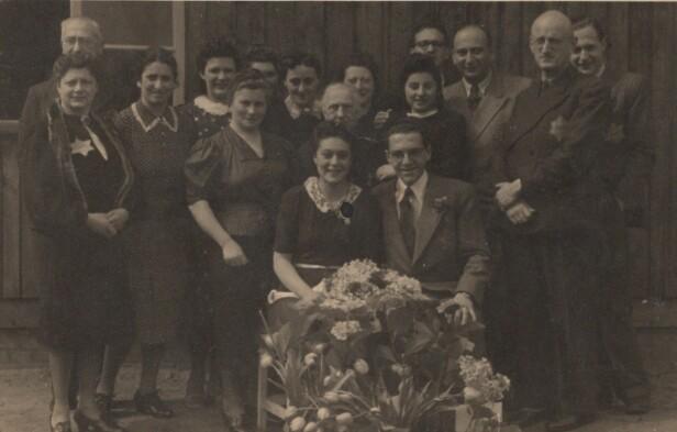 BRYLLUP I LEIREN: Eddy og Friedel under bryllupet som ble avholdt i Westerbork transittleir, for de ble sendt til Auschwitz i 1943. Ekteskapet varte i 12 år. FOTO: Privat