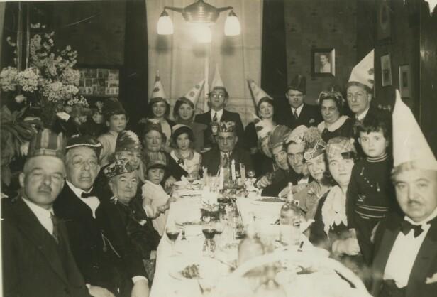 BARE TRE OVERLEVDE: Dette bildet er tatt under en familiemiddag, og Eddy de Wind er plassert i midten (bak med briller) fordi familien var så stolte over at han var medisinstudent. Bare tre av familiemedlemmene på dette bildet overlevde krigen. FOTO: Privat