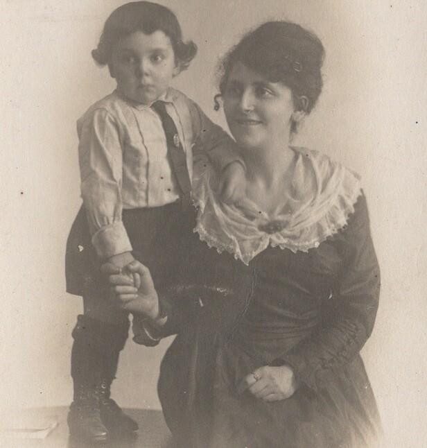 LILLE EDDY: Eddy de Wind var svært glad i sin mor, og byttet plass med henne i Westerbork transittleir, i den tro at hun skulle bli sluppet fri. Hun hadde derimot allerede blitt sendt til Auschwitz, hvor hun endte sine dager. FOTO: Privat
