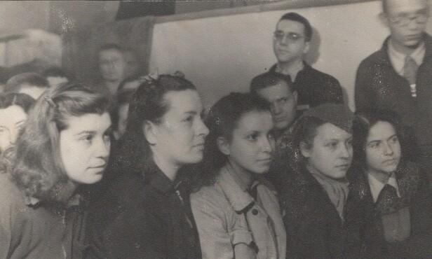 I AUSCHWITZ: Eddy de Wind (bak med briller) fotografert i Auschwitz med en gruppe jugoslaviske kvinner. FOTO: Privat