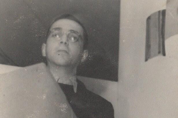 ALVORSTYNGET MANN: Eddy de Wind fotografert mens han holder en tale i Auschwitz. Årene i konsentrasjonsleiren gjorde mye med den livsglade medisinstudenten. FOTO: Privat