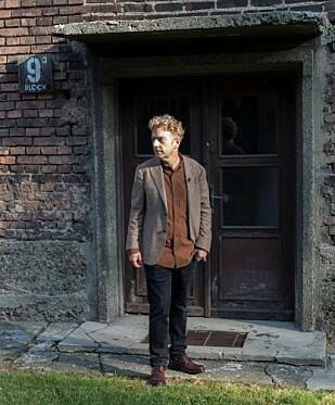 BLOKK 9: Melcher de Wind besøkte nylig Auschwitz for aller første gang. Her uten for blokk 9, der hans var var holdt fanget. FOTO: Privat