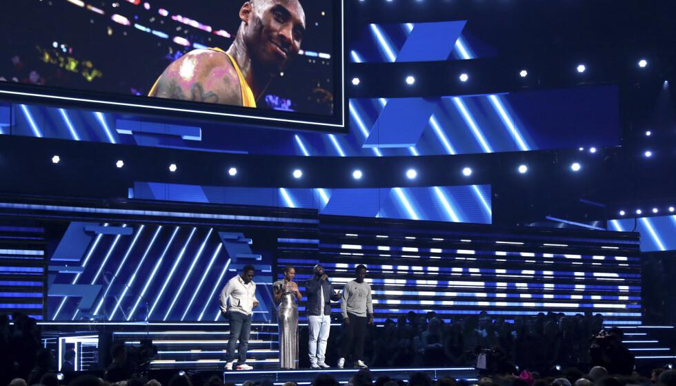 TRAGISK: Alicia Keys og medlemmene av Boys II Men, Nathan Morris, Wanya Morris and Shawn Stockman utfører «It's So Hard to Say Goodbye to Yesterday» for å hedre Kobe Bryant. Foto: NTB Scanpix