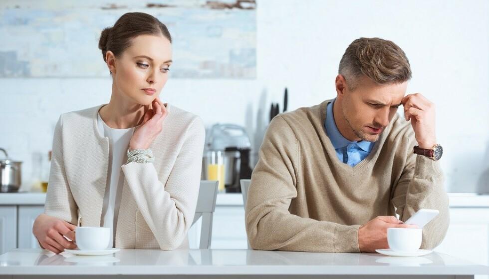 ENSOM: Når telefonen får mer oppmerksomhet enn partneren er det lett å føle seg ensom og oversett. Foto: Scanpix.