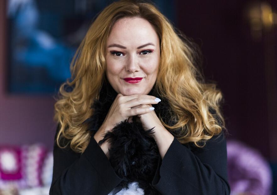 PYNTE SEG: Trine Lise elsker å sminke seg og bli dullet med - men hater når andre tar bilder av henne. Da kommer den negative stemmen og trykker ned selvtilliten. FOTO: Astrid Waller