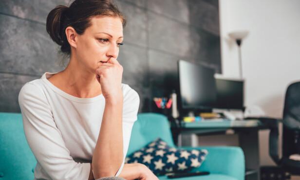 ULYKKELIG MIDT I LIVET: - Jeg antar at redusert livstilfredshet i denne fasen kan være relatert til lykketyver, kanskje særlig stress, sier eksperten.